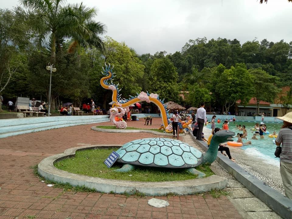 khoang-xanh-cạnh-bể-bơi