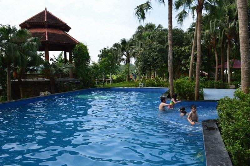 Bể bơi tại Family Resort